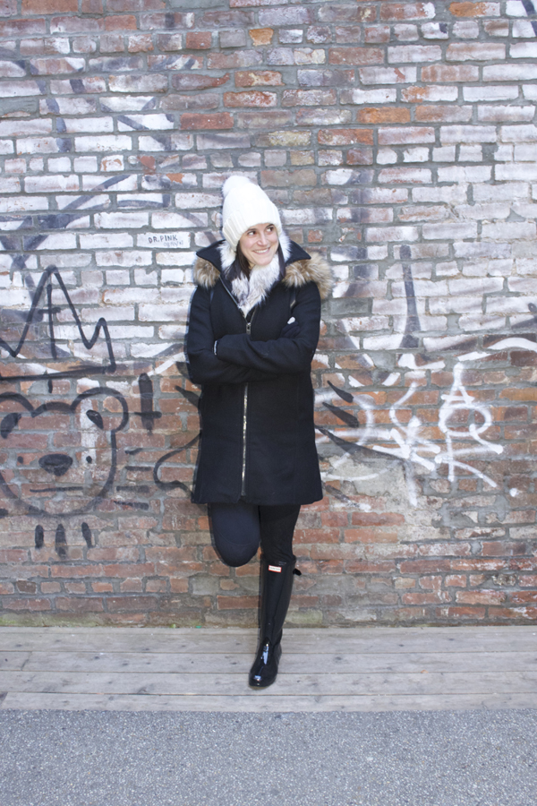hunter boots, beanie, black boots, all black, new york city, backpack, forever 21 backpack, faux fur scarf, forever 21 jacket