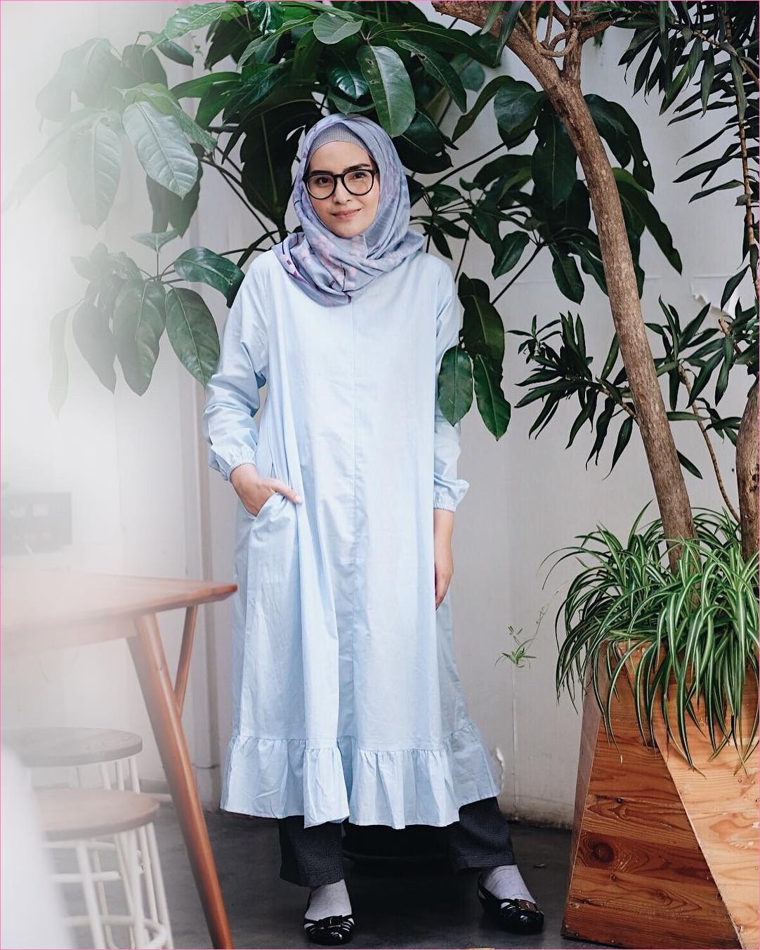 Outfit Baju Tunic Untuk Hijabers Ala Selebgram 2018 baju tunic biru muda celana kulot celana bahan abu tua flatshoes hitam kaos kaki putih ciput rajut abu muda kerudung segiempat hijab square kacamata ootd kekinian trendy