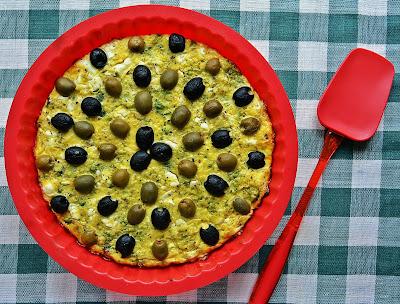 Kuchnie świata: fritatta z oliwkami, brokułami i serem feta