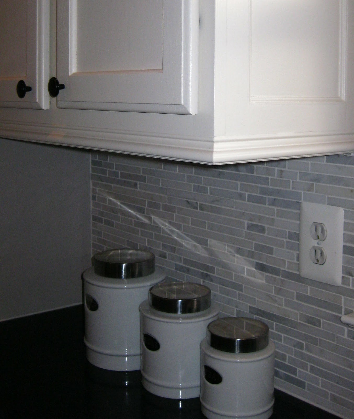 Crown Moulding Above Kitchen Cabinets Adding Moldings To Your Kitchen Cabinets Remodelando La Casa