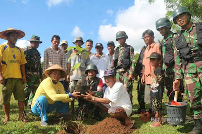 Ambon, Malukupost.com - Yonif Raider 733/Masariku bersama Rindam XVI/Pattimura menggelar aksi penanaman pohon dan pemberian bibit kepada masyarakat di Kampung Telaga Kodok, Kabupaten Maluku Tengah, sebagai wujud kepedulian pada lingkungan hidup.  Siaran pers Penerangan Kodam XVI/Pattimura yang diterima Antara di Ambon, Minggu (5/11), menyebutkan, aksi peduli lingkungan itu dilakukan pada Sabtu (4/11), usai Upacara Penutupan Latihan Teknis dan Taktis Yonif R 733/Masariku Tahun 2017 di kampung tersebut.