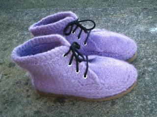 botas tricotadas  e feltradas com lã de ovelha, na cor lilás