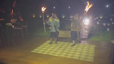 Atores vestidos de vikings participam da cerimônia (Divulgação/SBT)