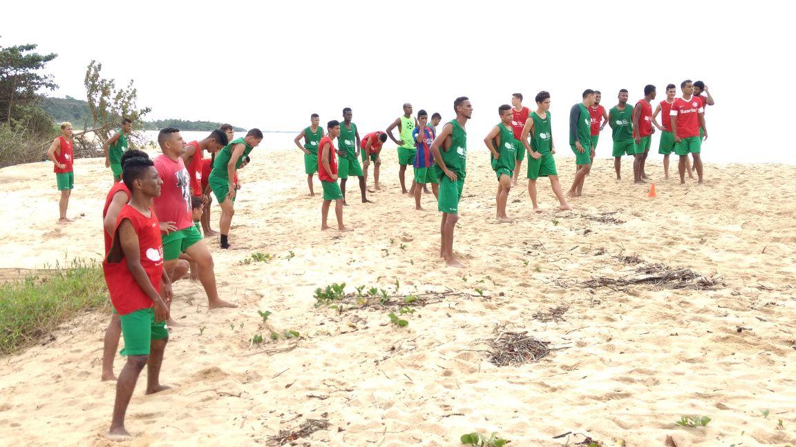 O presidente da Liga de futebol de Porto Seguro Cristiano Ferreira esteve  na praia do Cruzeiro acompanhando os trabalhos da seleção pela manhã. 84dd18bd468a3