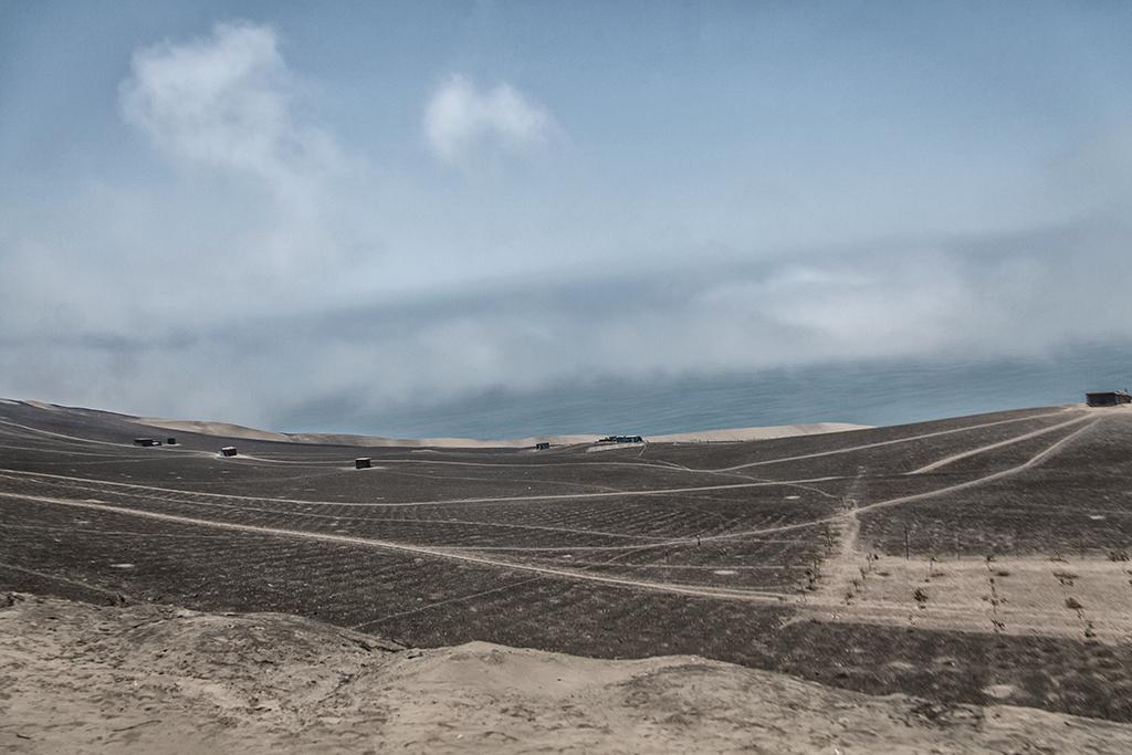 vista panorámica de algunas viviendas en el desierto peruano