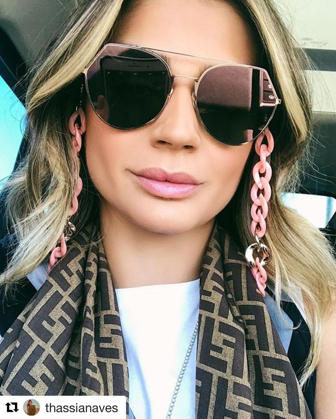 4449bef6d A tradicional grife Chanel também lançou o acessório com o mesmo modelo de  correntes das suas bolsas já acoplado aos óculos.