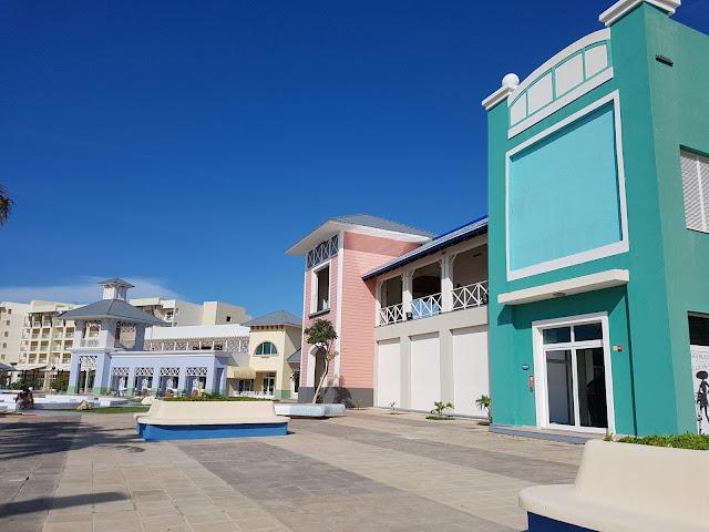 Mini Shopping com cara de vila na Marina - Varadero - Cuba