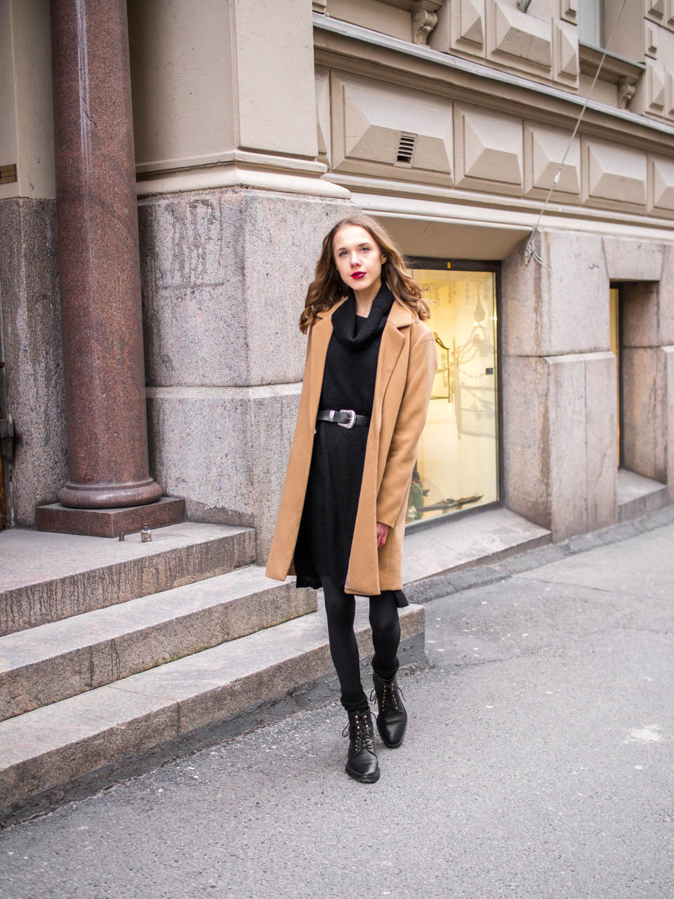 Scandinavian streetstyle, black jumper dress and camel coat - Muotibloggaaja, helsinki, musta neulemekko, kamelitakki