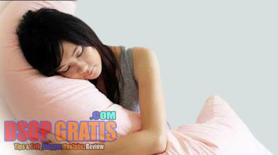 6 Manfaat Tidur Sambil Memeluk Guling yang Mungkin Belum Kamu ketahui