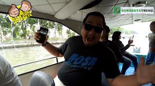 Surabaya | Liburan ke kota Surabaya paling enak menyusuri Sungai kota Surabaya dengan wahana Perahu Kalimas. Hanya dengan 4 ribu Rupiah per orang, kaian sudah bisa menikmati wahana satu ini. Sembari edukasi kepada sang buah hati, jika sepanjang sungai Kalimas ini dulunya adalah jalur penting perdagangan antar daerah kala jaman penjajahan dahulu.