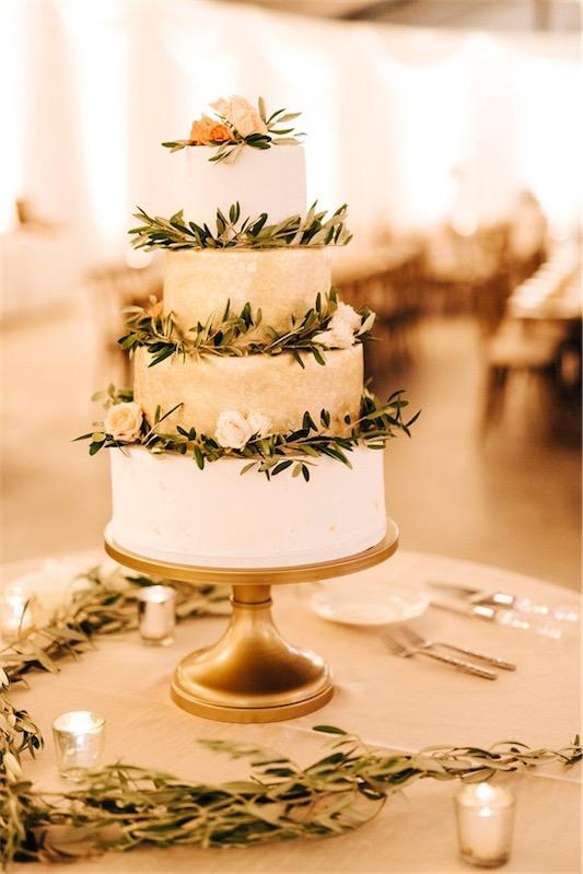 tarta nupcial decorada con ramas de olivo boda inspiracion griega chicanddeco