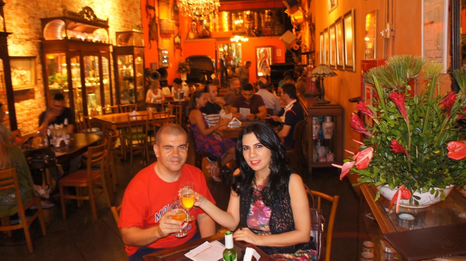 6021b3b28f7 Comemorando meu aniversário no Rio Scenarium. As mesas do primeiro andar  costumam ser as mais concorridas porque é lá que fica o palco do show de  samba