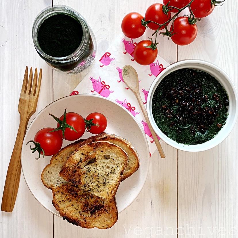 "Wegańska pasta ""rybna"" z kaszy jaglanej i spiruliny. Prosta, szybka, pyszna i zdrowa."