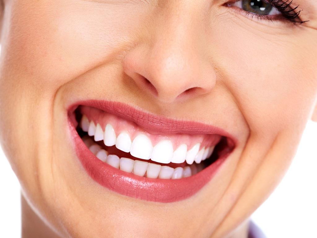 4 Formas de clarear os dentes em casa