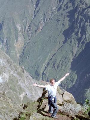 Foto de un hombre posando en el Cañón del Colca