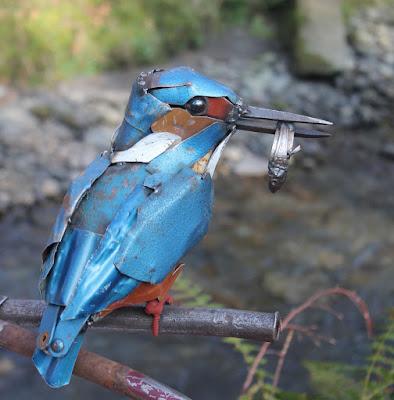 Pájaro azul con metal reciclado
