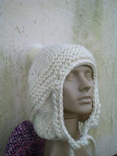 gorro com o modelo aviador tricotado com lã de ovelha na cor clara