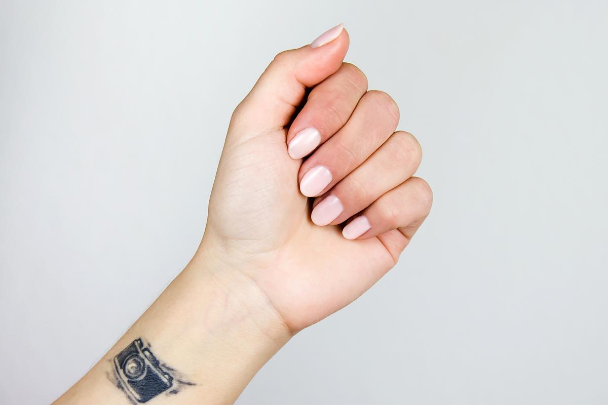 SEMILAC, lakiery hybrydowe, 054 pale peach glow na paznokciach, jak wyglada 054 na paznokciach