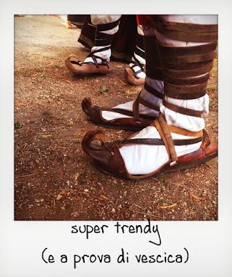 Scarpe antiche a una sagra nel Parco nazionale d'Abruzzo