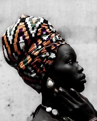 Mujer africana mostrando la cultura de los pueblos de africa