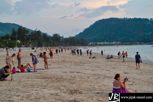 Wisatawan asing menikmati matahari terbenam Pantai Patong