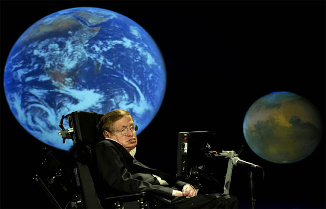 Stephen Hawking durante uma palestra intitulada Por que devemos ir ao espaço na Universidade George Washington, nos EUA