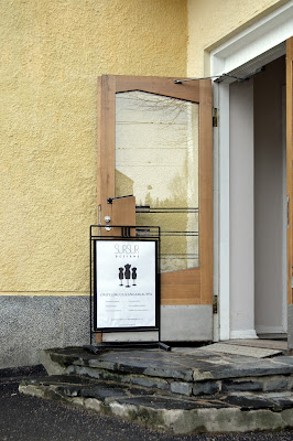 Laakakiviporrastus ja fiftarihenkinen ovt kutsuvat peremmälle.