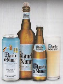 Une bouteille de Blanche de Namur et son verre