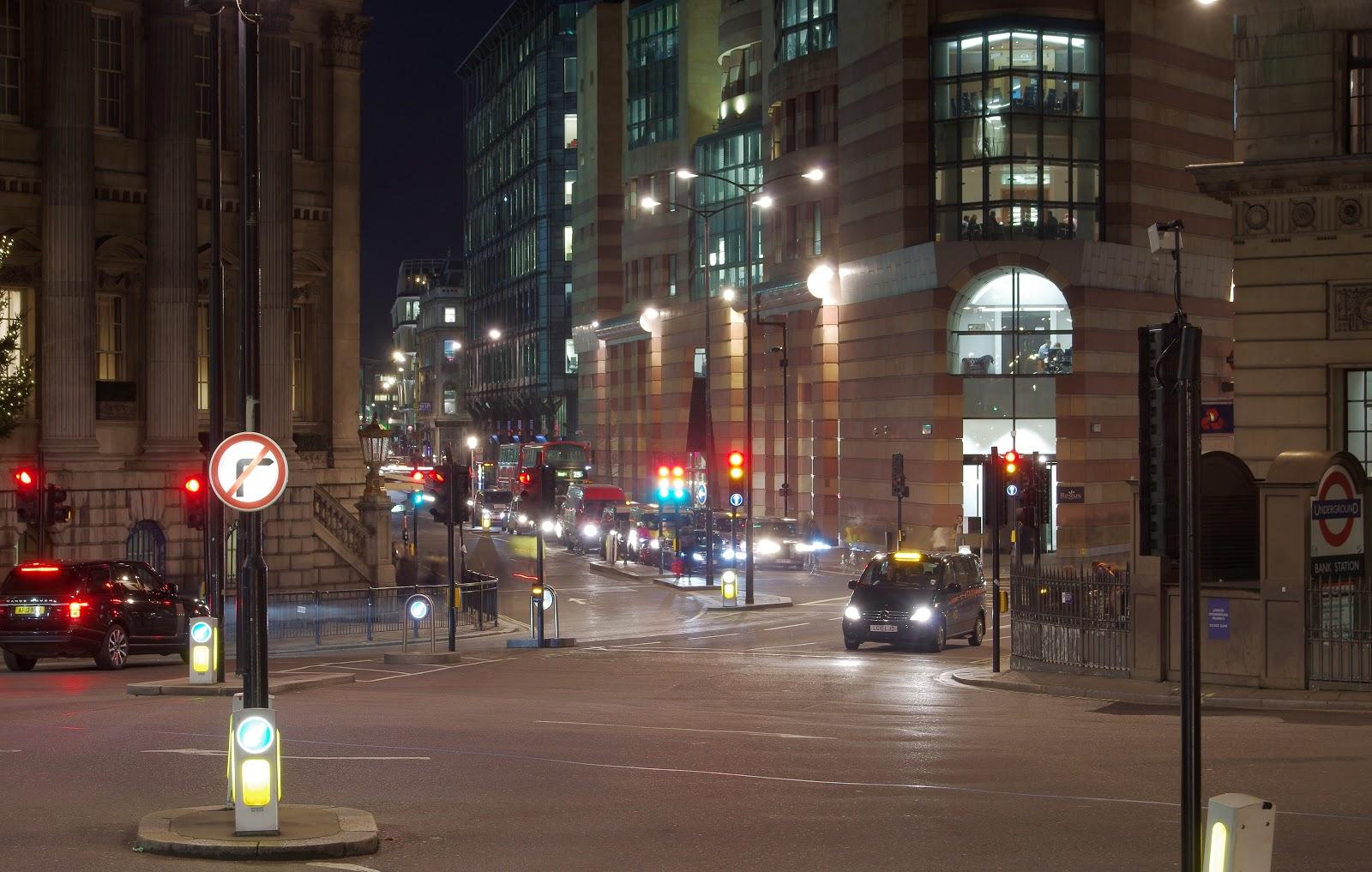 ロンドンの夜の交差点で停車中のブラックキャブ