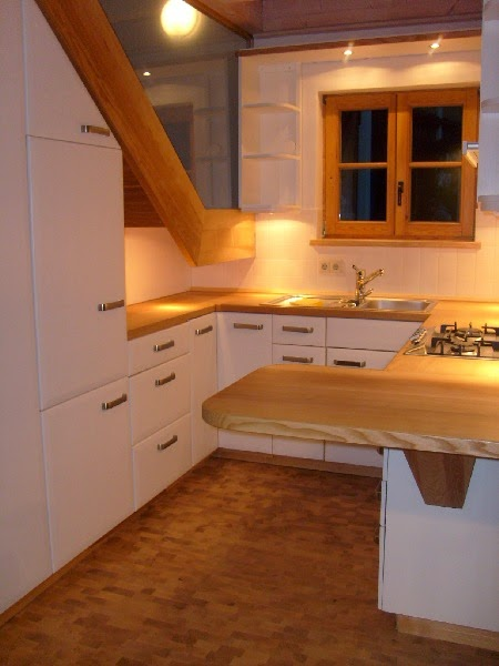 10 cocinas bajo la escalera colores en casa for Escalera de cocina