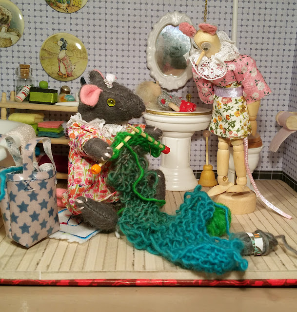tricot, knitting, salle de  bains, bathroom, sewing deummy, mannequin de couture