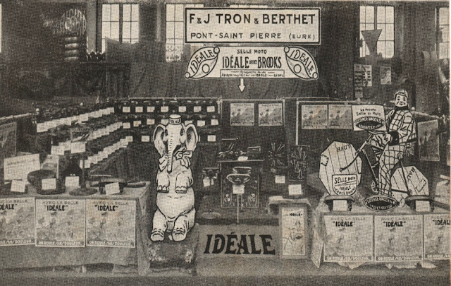 """Tron et Berthet à Pont-Saint-Pierre - La selle Idéale. 1929, Paris : le stand des selles """"Idéale"""" au Salon du cycle et de la moto"""