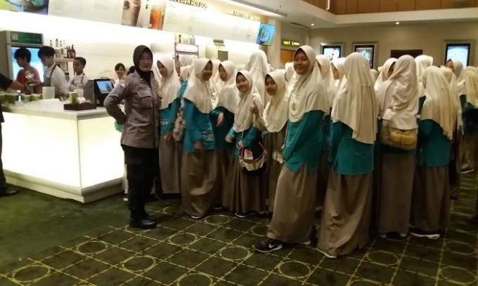 Beri Edukasi, Polres Cilegon Ajak Nobar Pelajar SMP IT Raudatul Jannah Film Pohon Terkenal