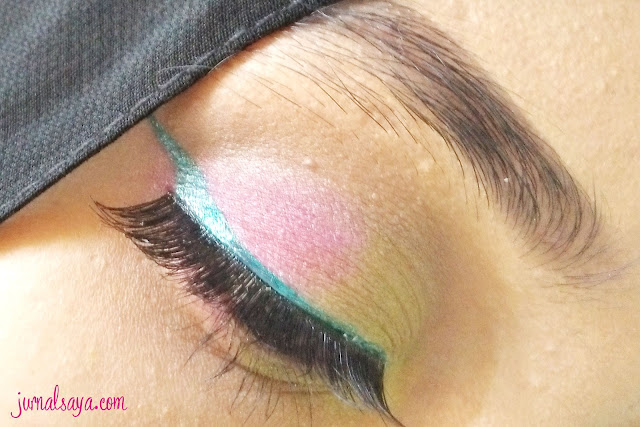 tips memakai eyeliner warna warni