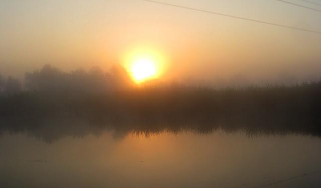 восход солнца в тумане