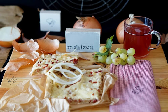 Zwiebelkuchen nach rheinischer Art mit einem Glas Federroter