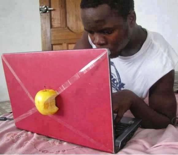 صور مضحكة,ابل,تفاحة,كمبيوتر,شاب يضع تفاحة ,بدل,شعار,ابل,apple