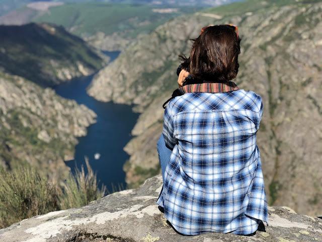 Mujer de espaldas mirando a un río