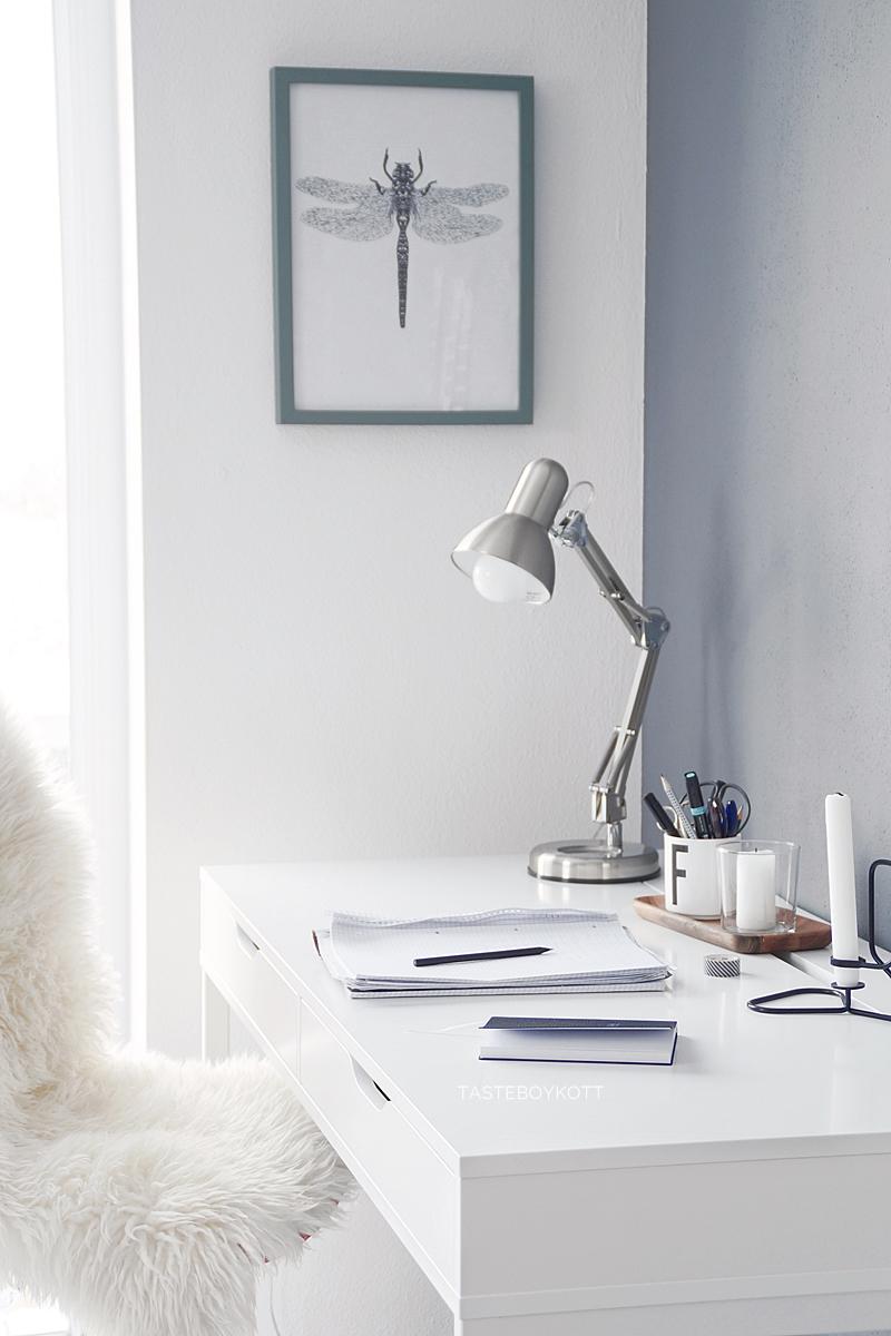 Arbeitsplatz Schreibtisch Ikea Alex weiß einrichten dekorieren modern skandinavisch minimalistisch schlicht Dekoration Interior Design, DIY Libellen Print Wanddeko, graue Wandfarbe, Fell Winterdeko | Tasteboykott