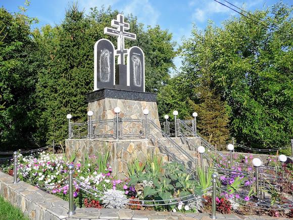 Банчени. Свято-Вознесенський монастир. Хрест на повороті до монастиря