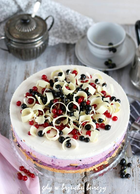 Letni tort owocowy: warstwa z czarnych porzeczek, warstwa z czerwonych porzeczek, masa śmietankowa, delicje i biała czekolada