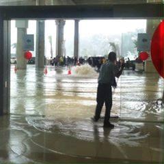 Heheh air segitu banyak dibilang tampias, Terminal 3 Soetta Kebanjiran, Kemenhub Hanya Anggap Ketempiasan  - Commando