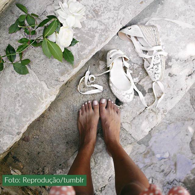 pés descalços sandália branca