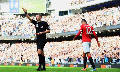 Chris Smalling nhận thẻ đỏ rời sân trong trận gặp  Man City tại Etihad