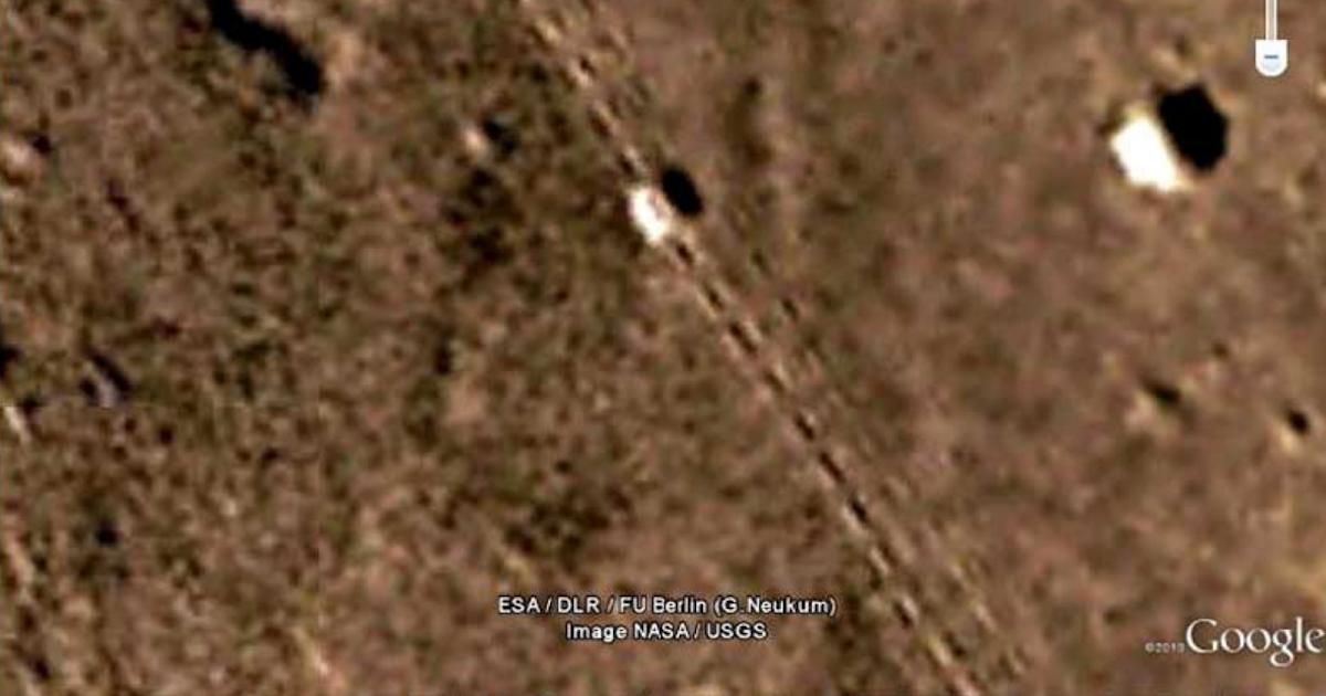 Unnatural or Purposeful Tracks on Mars