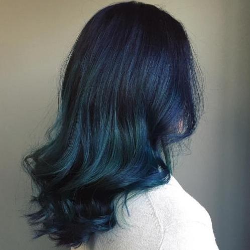 rambut wanita warna biru