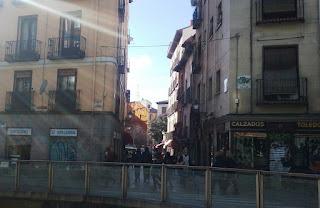 La estrecha, corta y sombría calle vista desde la calle Toledo.