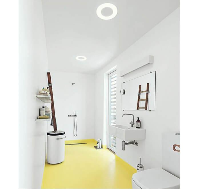 Esempio di luce led integrata nel soffitto per illuminare un bagno di colore bianco con pavimento giallo