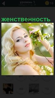 Девушка в профиль около дерева, сама женственность в лучах солнца