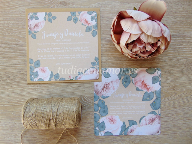 Invitaciones de boda de estilo vintage con flores sobre fondo kraft que le confieren un toque muy romántico
